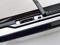 miniSD 카드 슬롯의 옆에 평형이어 폰 잭