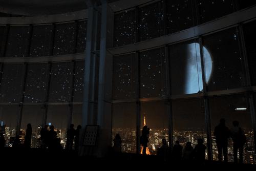 「星空のイルミネーション」は、リアルとバーチャルの星空が共演するというイベントで、展望台のガラス窓16面をスクリーンとして利用し、プロジェクションマッピング