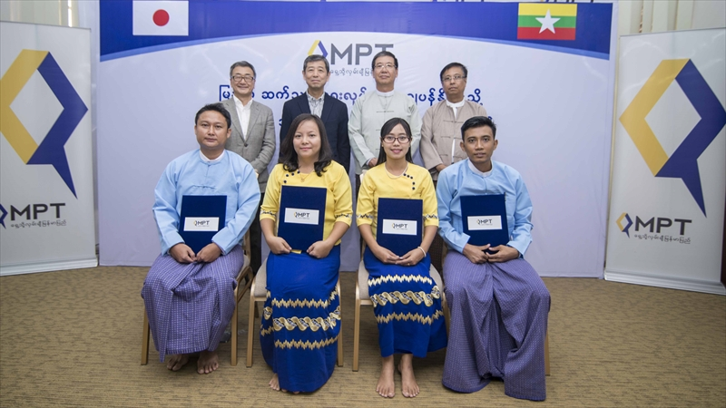 (上段、右から)MPT General ManagerのNAING KO KO氏、同 Managing DirectorのKHIN MAUNG TUN氏、KDDI SUMMIT GLOBAL MYANMAR CEOの雨宮俊武氏、同 COOの紅野吉章氏、下段はMPT研修生4名