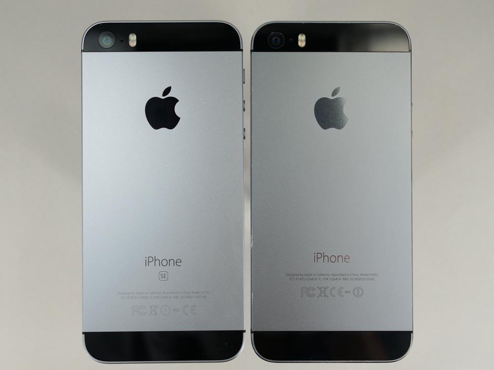 259be9d46f iPhone SE(左)とiPhone 5s(右)。写真だとわかりにくいが、iPhone SEの方が筐体色が薄く、アップルのロゴが黒に近い